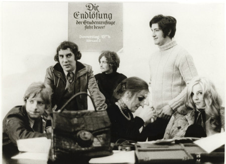 Universität Köln, 1968 (v.l.n.r.: Ralf Rainer Rygulla, Rolf Dieter Brinkmann, Michael Buthe, Linda Pfeiffer, Eric Haase (alias Eric de Fürstenberg), Monika Pieper) © Candida Höfer