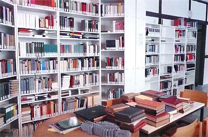 Schreyahn_Bibliothek mit Tisch