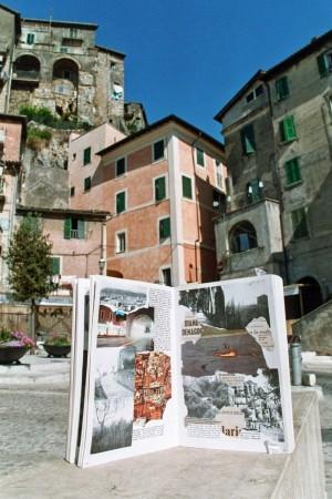 Die Text-Bild-Montage 'Schnitte' vor der Kulisse der Altstadt von Olevano Romano