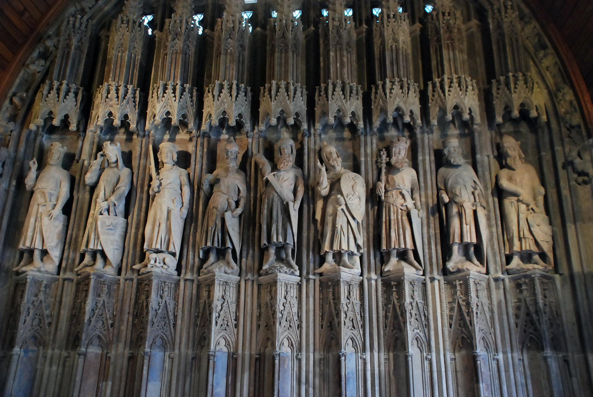 """Die mittelalterliche Skulturengruppe der """"Neun guten Helden"""" an der Südseite des Hansasaales."""