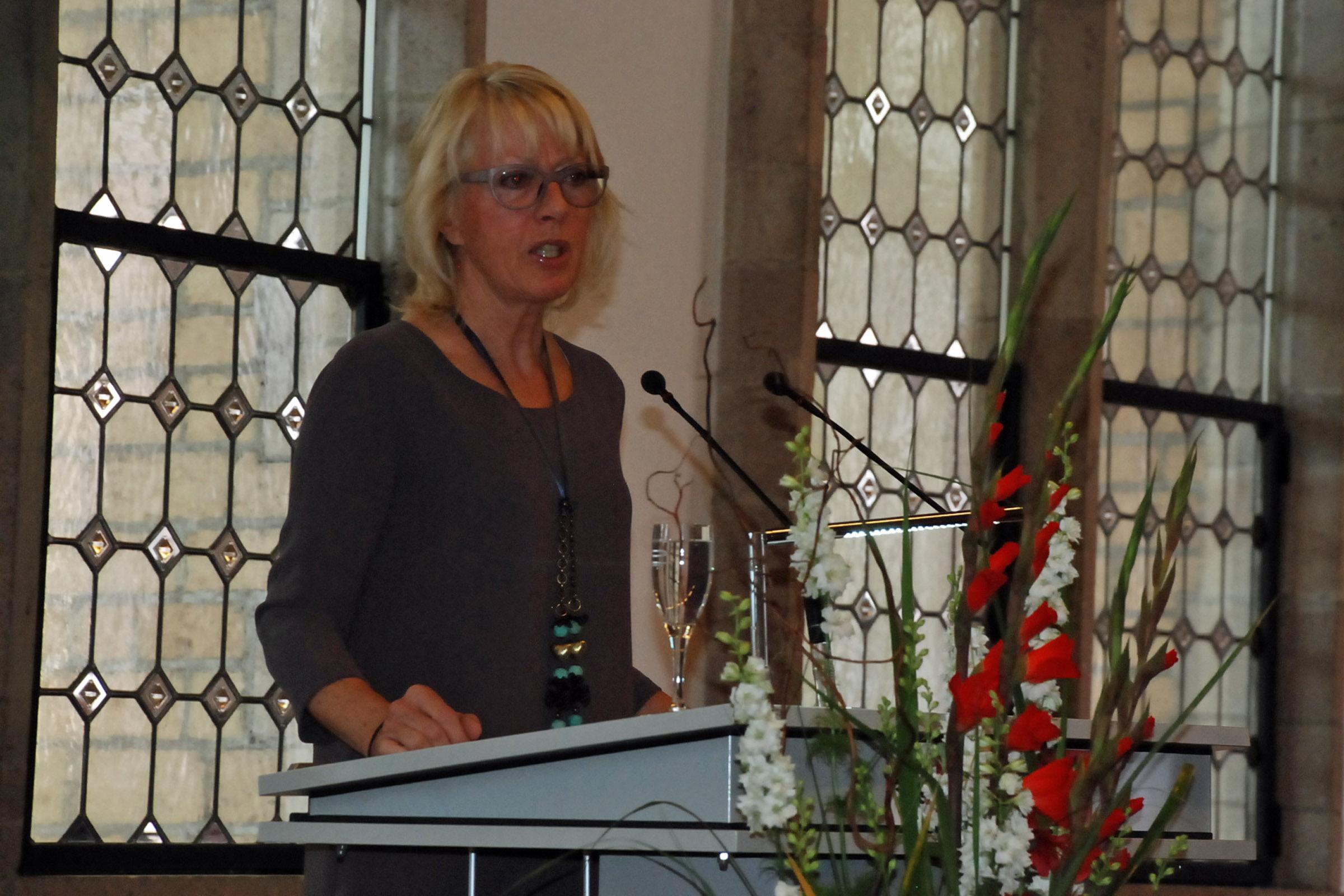 Bürgermeisterin Elfi Scho-Antwerpes stellt die diesjährigen Preisträger vor.Elfi Scho-Antwerpes