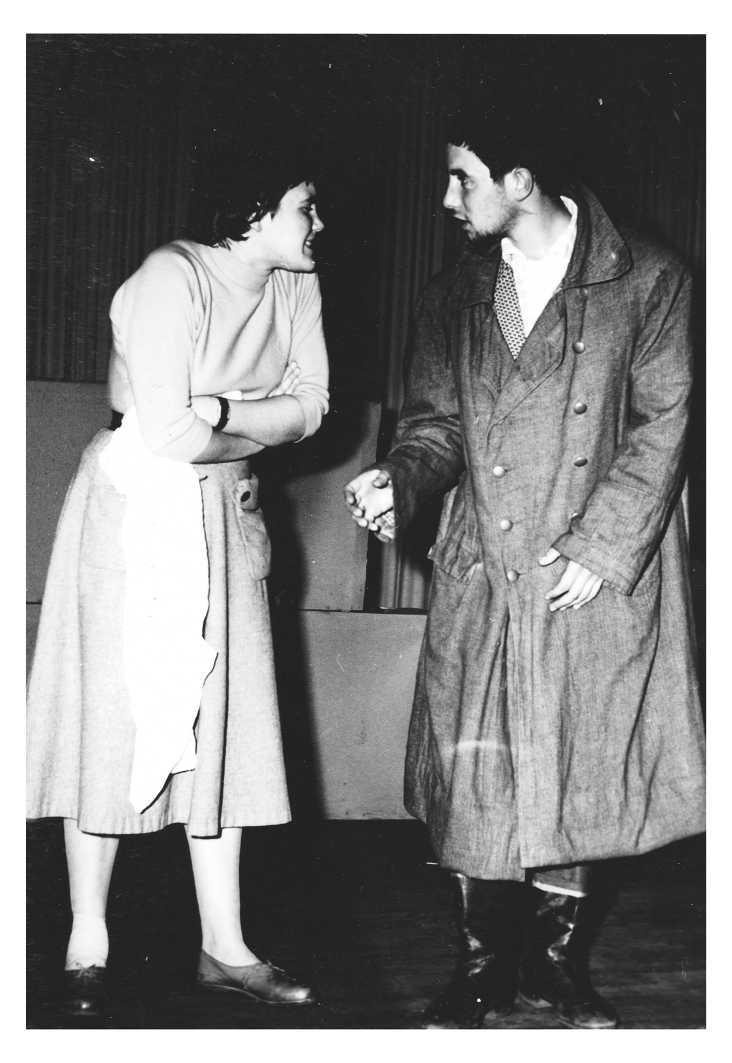 """Rolf Dieter Brinkmann mit Roswitha Pundsack als Frau Kramer (""""die weiter nichts ist als Frau Kramer, und das ist gerade so furchtbar"""").  Metropol-Theater Vechta (21.10.1957). Foto: Josef Brinkmann"""