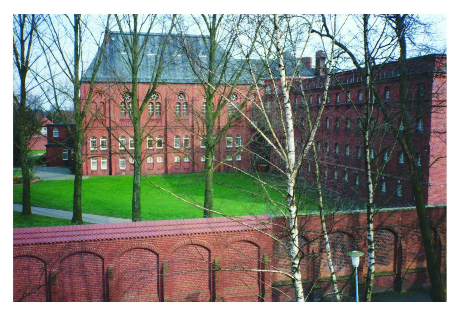 Blick vom Gymnasium Antonianum auf die Justizvollzugsanstalt Vechta. Foto: Franz Kramer (1995)