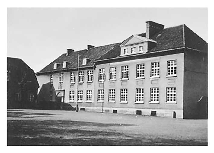 Die alte Alexanderschule (katholische Volksschule), die Brinkmann besucht hat. Das Gebäude wurde 1994 abgerissen. Quelle: Heimatbibliothek Vechta